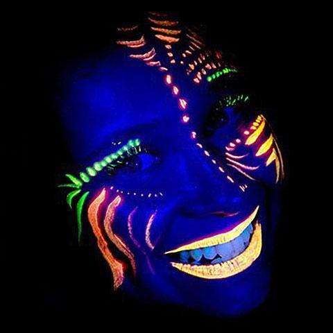 Discoteca per bambini con colori fluorescenti che si illuminano