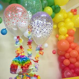 Allestimento con palloncoini tema arcobaleno